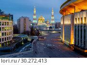 Купить «Москва, Соборная Мечеть, вид сверху в сумерках», фото № 30272413, снято 27 февраля 2019 г. (c) glokaya_kuzdra / Фотобанк Лори