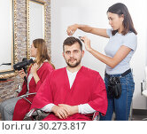 Купить «Woman professional hairdresser cut male's hair in hairdressing salon», фото № 30273817, снято 25 апреля 2018 г. (c) Яков Филимонов / Фотобанк Лори