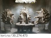 Москва, Столешников переулок, дом 2, строение 1. Скульптура в нише у входа в магазин КМ20 (2019 год). Редакционное фото, фотограф Dmitry29 / Фотобанк Лори