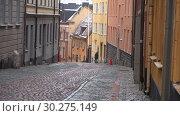 Купить «Пасмурный мартовский день на старинной улочке Стокгольма. Швеция», видеоролик № 30275149, снято 9 марта 2019 г. (c) Виктор Карасев / Фотобанк Лори