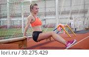 Купить «Young athletic woman working out using a bench», видеоролик № 30275429, снято 21 марта 2019 г. (c) Константин Шишкин / Фотобанк Лори