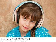 Купить «Ребенок в наушниках слушает музыку», фото № 30276581, снято 14 января 2019 г. (c) WalDeMarus / Фотобанк Лори