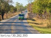 Дорожный пейзаж солнечным днем. Центральный Таиланд (2018 год). Редакционное фото, фотограф Виктор Карасев / Фотобанк Лори