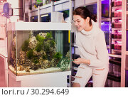 Купить «Girl chooses the fish that she catches», фото № 30294649, снято 17 февраля 2017 г. (c) Яков Филимонов / Фотобанк Лори
