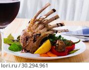 Купить «Roasted rack of mutton with vegetables and red wine», фото № 30294961, снято 4 июля 2020 г. (c) Яков Филимонов / Фотобанк Лори