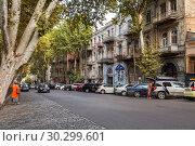 Купить «Old town Tbilisi, one-way street, cars parked along the sidewalk, Sololaki district, Giorgi Leonidze street», фото № 30299601, снято 22 сентября 2018 г. (c) Юлия Бабкина / Фотобанк Лори