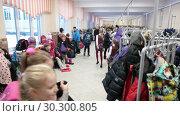 Купить «Школьники снимают одежду в гардеробе перед первым утренним уроком. Начало учебного дня в российской начальной начальной школе», видеоролик № 30300805, снято 12 марта 2019 г. (c) Кекяляйнен Андрей / Фотобанк Лори