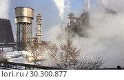 Купить «Промышленный пейзаж с доменными печами, трубами и водонапорной башней в зимнее время года», видеоролик № 30300877, снято 11 марта 2019 г. (c) Кекяляйнен Андрей / Фотобанк Лори