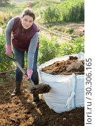 Купить «Woman spreading biodegradable fertilizer», фото № 30306165, снято 21 февраля 2019 г. (c) Яков Филимонов / Фотобанк Лори