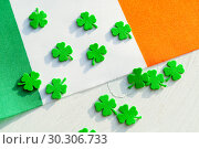 Купить «St Patrick's Day festive background. Green quatrefoils and the Irish national flag, St Patrick's day holiday concept», фото № 30306733, снято 4 февраля 2018 г. (c) Зезелина Марина / Фотобанк Лори