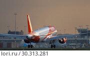 Купить «EasyJet Airbus A320 landing», видеоролик № 30313281, снято 25 июля 2017 г. (c) Игорь Жоров / Фотобанк Лори