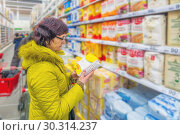 Купить «beautiful mature women choose flour in a supermarket. Text in Russian: wheat flour», фото № 30314237, снято 1 марта 2019 г. (c) Акиньшин Владимир / Фотобанк Лори