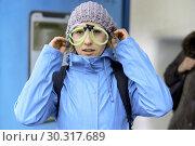 Woman wearing funny eyeglasses, in Munich, Germany. Стоковое фото, фотограф Benjamin Egerland / age Fotostock / Фотобанк Лори