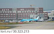 Купить «Embraer ERJ-175 taxiing», видеоролик № 30323213, снято 17 июля 2017 г. (c) Игорь Жоров / Фотобанк Лори
