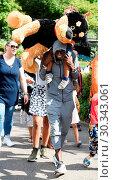 Купить «Mo Farah out and about in Legoland resort Windsor with his family earlier today Featuring: Mo Farah, Hussein Farah Where: Windsor, United Kingdom When: 01 Sep 2017 Credit: WENN.com», фото № 30343061, снято 1 сентября 2017 г. (c) age Fotostock / Фотобанк Лори