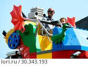 Купить «Mo Farah out and about in Legoland resort Windsor with his family earlier today Featuring: Mo Farah, Hussein Farah Where: Windsor, United Kingdom When: 01 Sep 2017 Credit: WENN.com», фото № 30343193, снято 1 сентября 2017 г. (c) age Fotostock / Фотобанк Лори