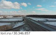 Купить «An aerial view on a highway. Cars on the road. Large traffic interchange», видеоролик № 30346857, снято 29 января 2020 г. (c) Константин Шишкин / Фотобанк Лори