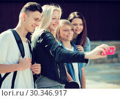 teenagers taking pictures of themselves on smartphone. Стоковое фото, фотограф Татьяна Яцевич / Фотобанк Лори