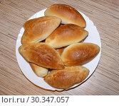 Купить «Вкусные домашние пирожки на белой тарелке», фото № 30347057, снято 9 марта 2019 г. (c) Павел Кричевцов / Фотобанк Лори