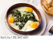 Купить «Fried eggs with spinach, ham, raisins», фото № 30347681, снято 26 марта 2019 г. (c) Яков Филимонов / Фотобанк Лори