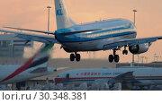 Купить «KLM Royal Dutch Airlines Boeing 737 approaching», видеоролик № 30348381, снято 25 июля 2017 г. (c) Игорь Жоров / Фотобанк Лори