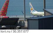 Купить «Traffic at Phuket airport», видеоролик № 30357077, снято 29 ноября 2018 г. (c) Игорь Жоров / Фотобанк Лори