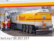 Купить «Доставка топлива на автозаправочную станцию Shell, Самара», фото № 30357317, снято 23 февраля 2019 г. (c) Ekaterina M / Фотобанк Лори
