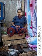 Купить «Chicken seller, woman with traditional face mask,saleswoman, market, Morondava, Madagascar.», фото № 30366369, снято 24 июня 2019 г. (c) age Fotostock / Фотобанк Лори