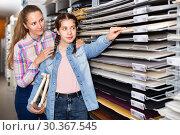 Купить «mother and daughter picking multicolored paper for painting», фото № 30367545, снято 12 апреля 2017 г. (c) Яков Филимонов / Фотобанк Лори
