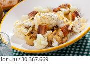 Купить «Baked potatoes with cauliflower, bacon, cheese sauce», фото № 30367669, снято 25 марта 2019 г. (c) Яков Филимонов / Фотобанк Лори