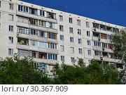 Купить «Двенадцатиэтажный четырёхподъездный панельный жилой дом 1605-АМ(1605АМ/12Ю), построен в 1978 году. Дубнинская улица, 28, корпус 1. Район Восточное Дегунино. Город Москва», эксклюзивное фото № 30367909, снято 23 июня 2015 г. (c) lana1501 / Фотобанк Лори