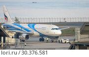 Купить «Airplane Airbus 320 towing», видеоролик № 30376581, снято 1 декабря 2018 г. (c) Игорь Жоров / Фотобанк Лори
