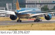 Купить «Boeing 787 towing from service», видеоролик № 30376637, снято 17 июля 2017 г. (c) Игорь Жоров / Фотобанк Лори