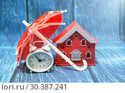 Купить «Домик, зонтик и часы. Безопасный бизнес», фото № 30387241, снято 8 марта 2019 г. (c) Наталья Осипова / Фотобанк Лори