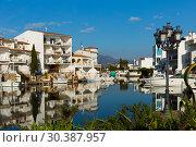 Купить «Residential marina of Empuriabrava», фото № 30387957, снято 10 февраля 2019 г. (c) Яков Филимонов / Фотобанк Лори