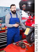 Купить «man worker ready to repair motorcycle in workshop», фото № 30389581, снято 20 июня 2019 г. (c) Яков Филимонов / Фотобанк Лори