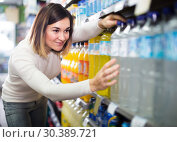 Glad woman choosing refreshing beverages. Стоковое фото, фотограф Яков Филимонов / Фотобанк Лори