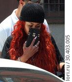 Blac Chyna hides her face behind her cell phone as she leaves the... (2017 год). Редакционное фото, фотограф WENN.com / age Fotostock / Фотобанк Лори
