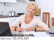 Купить «Woman filling up documents», фото № 30416581, снято 11 июля 2018 г. (c) Яков Филимонов / Фотобанк Лори