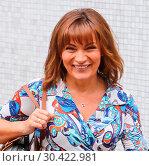 Lorraine Kelly leaves the ITV Studios in London (2017 год). Редакционное фото, фотограф WENN.com / age Fotostock / Фотобанк Лори
