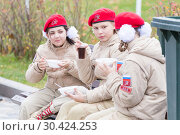 Купить «Russia Samara November 2018: Unarmeytsy eat soldier porridge.», фото № 30424253, снято 7 ноября 2018 г. (c) Акиньшин Владимир / Фотобанк Лори