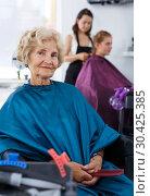 Купить «Senior woman waiting for haircutting», фото № 30425385, снято 26 июня 2018 г. (c) Яков Филимонов / Фотобанк Лори