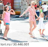 Купить «Jodie Sweetin taking her daughters, Zoie and Beatrix, to the Farmers' Market in Los Angeles, California. Featuring: Jodie Sweetin Where: Los Angeles, California...», фото № 30446001, снято 16 июля 2017 г. (c) age Fotostock / Фотобанк Лори