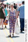 Купить «Elizabeth Banks wears a colorful print jumper and meets friends at the Farmers Market Featuring: Elizabeth Banks Where: Los Angeles, California, United States When: 16 Jul 2017 Credit: WENN.com», фото № 30446101, снято 16 июля 2017 г. (c) age Fotostock / Фотобанк Лори
