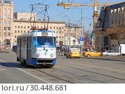 Трамвай 39 маршрута идет по улице Дубининская в районе Павелецкого вокзала (2019 год). Редакционное фото, фотограф Александр Замараев / Фотобанк Лори