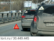 Купить «Авария на дороге, ДТП с двумя легковыми автомобилями. Знак аварийной остановки на асфальте», эксклюзивное фото № 30449445, снято 21 апреля 2018 г. (c) Щеголева Ольга / Фотобанк Лори