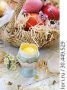 Корзина с крашенными яйцами на белом деревянном фоне. Стоковое фото, фотограф Марина Володько / Фотобанк Лори