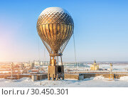 Купить «Воздушный шар в Нижнем Новгороде Monument to Jules Verne in a balloon  in Nizhny Novgorod», фото № 30450301, снято 6 января 2019 г. (c) Baturina Yuliya / Фотобанк Лори
