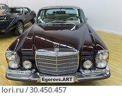 Автомобиль Mercedes-Benz 280 SE 1970 года выпуска на выставке старых и редких автомобилей (2018 год). Редакционное фото, фотограф Сергей Рыбин / Фотобанк Лори