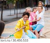 Купить «Children are pulling rope», фото № 30450533, снято 7 сентября 2017 г. (c) Яков Филимонов / Фотобанк Лори